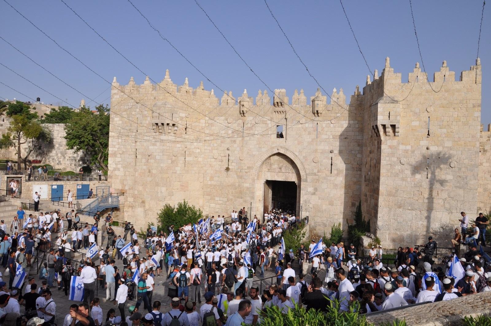 ריקוד הדגלים בכניסה לרובע המוסלמי (שלמה קרדש)
