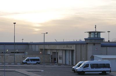 מחבלים הציתו תאים בבית הכלא רמון