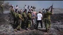 """תיעוד: קצין צה""""ל יורה באוויר מול יהודים"""