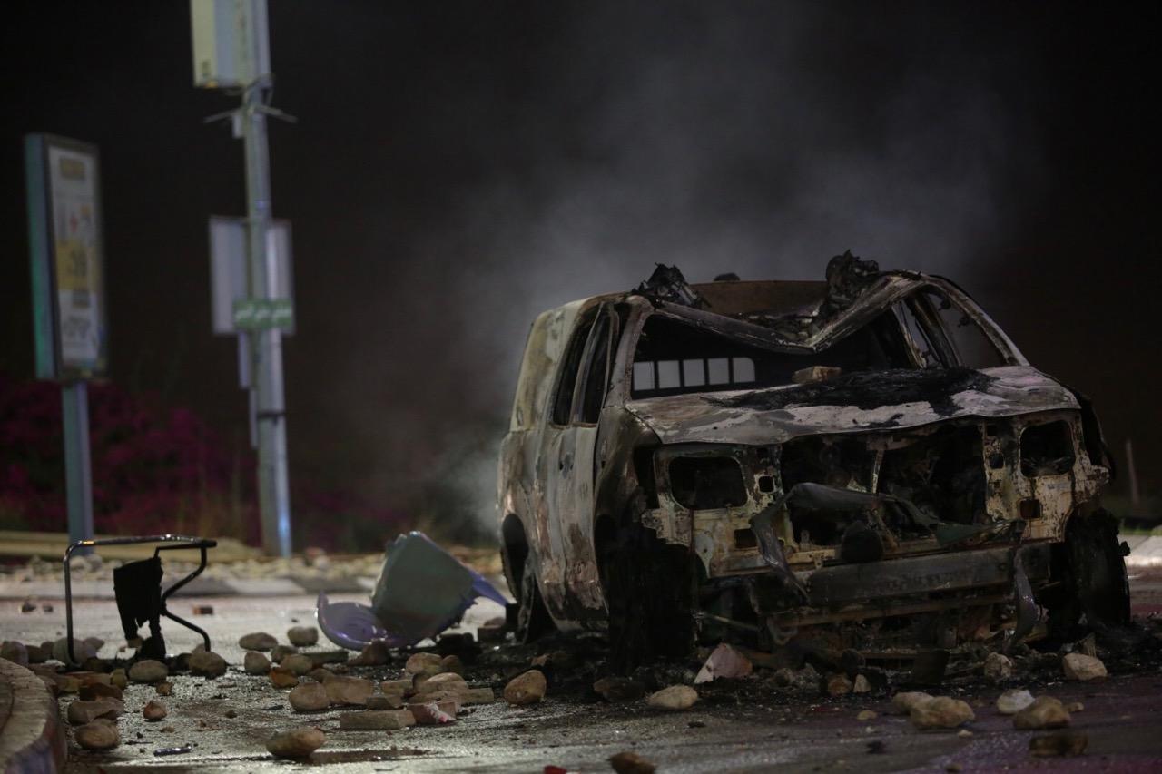 אחת הניידות שהוצתו הלילה בכפר קאסם צילום: אהרון קראהן/TPS