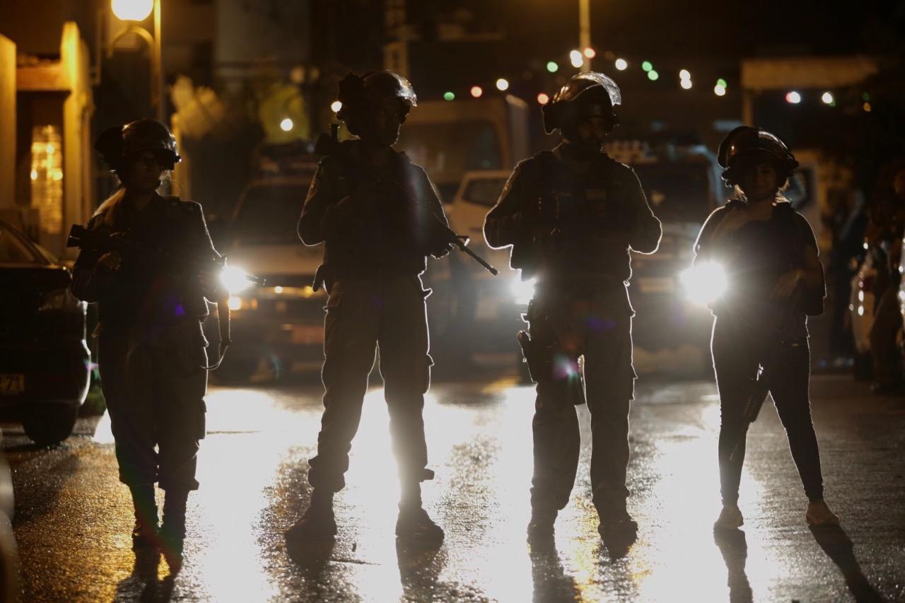 שוטרים מול התפרעויות ערבים בכפר קאסם  צילום: אהרון קראהן/TPS