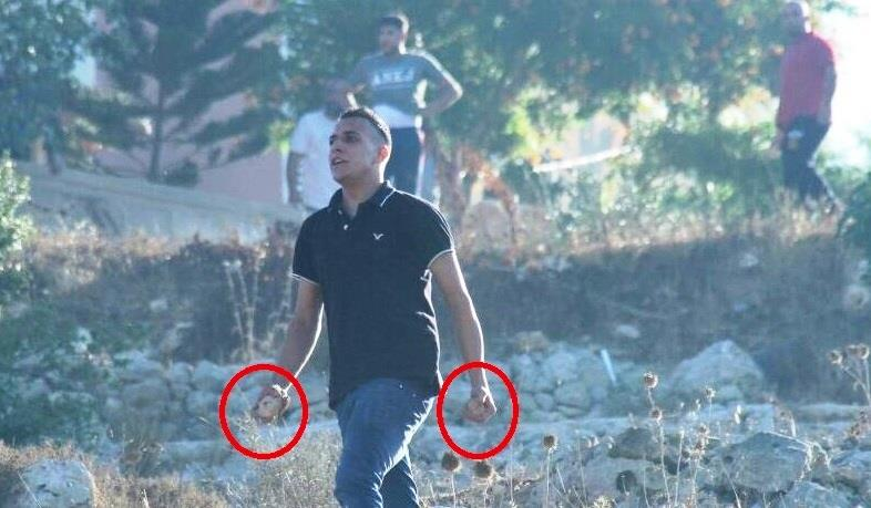 אחד הפורעים שתקפו את המטיילים עם אבנים בידיים צילום: סוכנות TPS