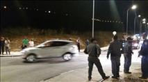 צפו: שוטרים עוצרים מפגין ללא סיבה