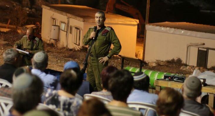 רוני נומה בשיחה עם תושבי נווה צוף צילום: מתי עמר TPS