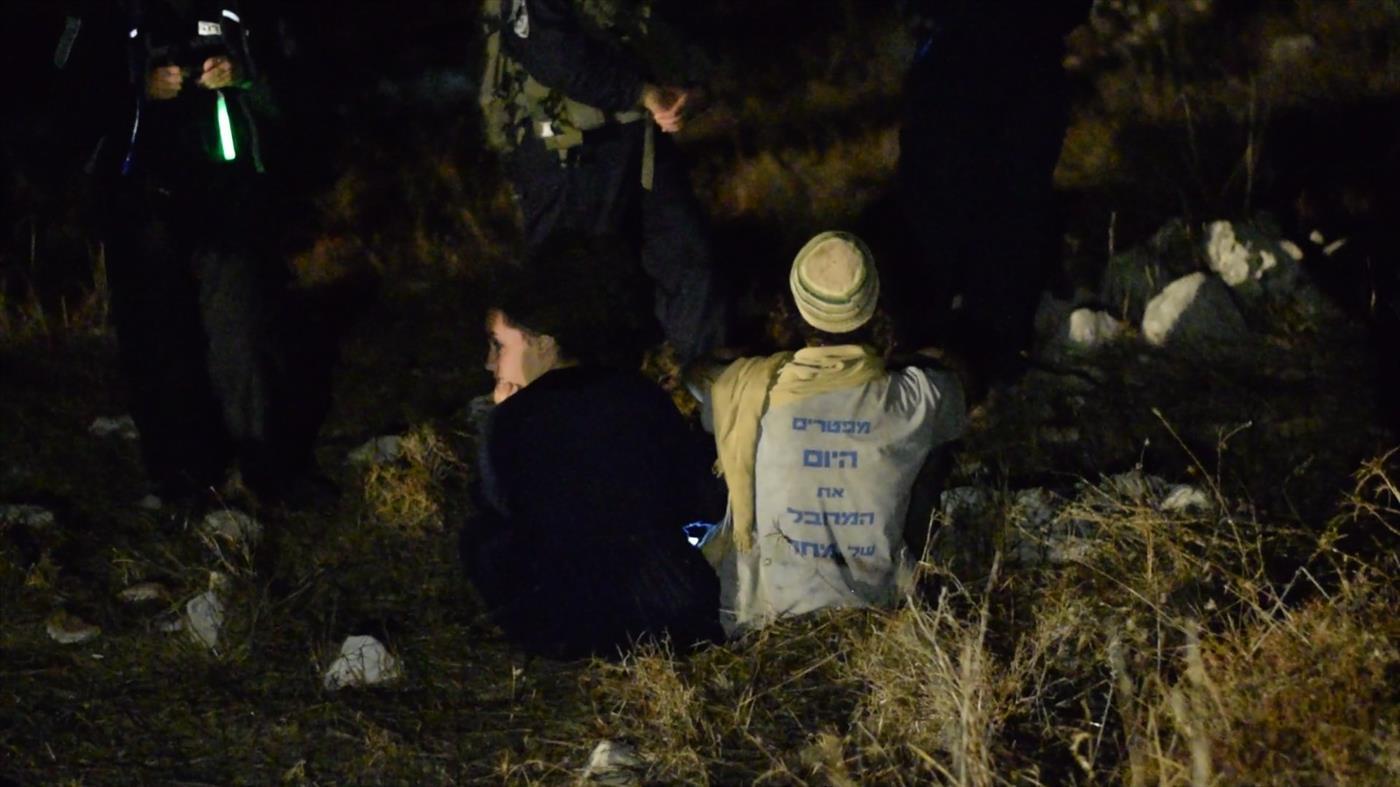 בני הזוג גוזלן מול הריסות ביתם (צילום: אברהם שפירא)