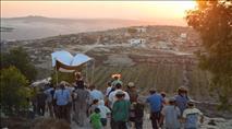 מאות בחנוכת בית כנסת לאחר ההרס בגבעה