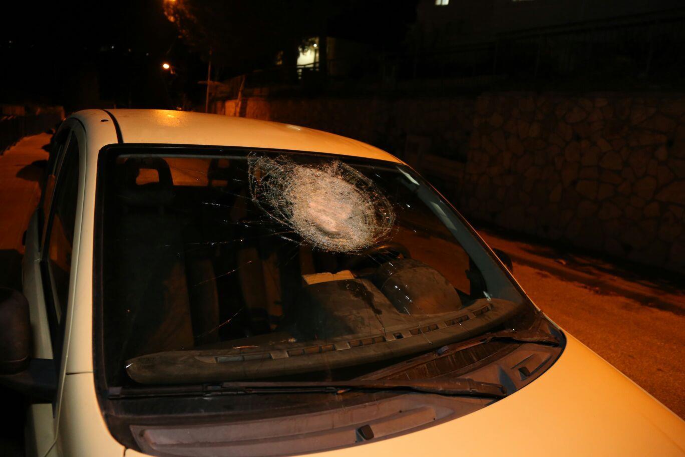 רכב שנפגע מאבנים שיידו ערבים במערב בנימין במוצאי שבת. צילום: TPS