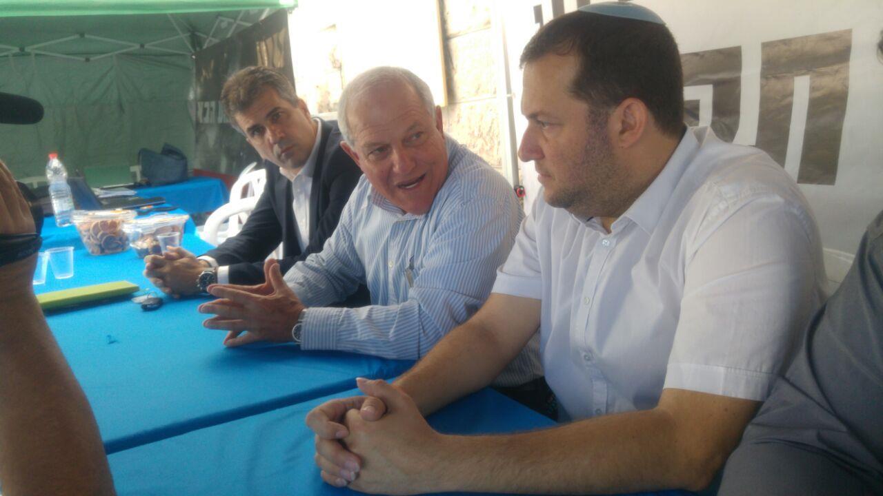 """שר הרווחה חיים כ""""ץ (במרכז) צילום: מועצה איזורית שומרון"""
