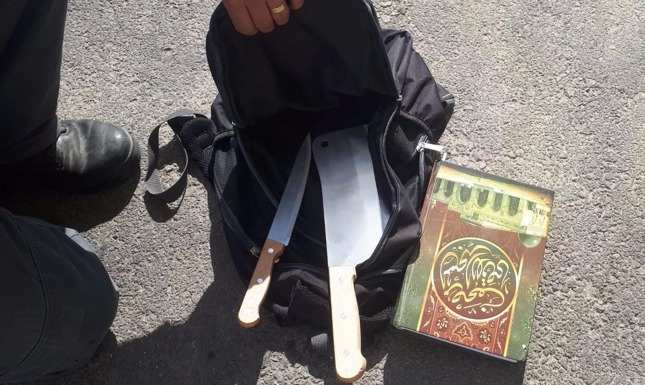 הסכינים והקוראן בתיקו של המחבל ליד מגרון. צילום: דוברות המשטרה