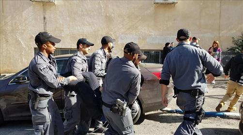 שוטרים עוצרים צעיר חרדי. ארכיון