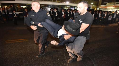 מעצר מפגין בבני ברק בהפגנות אמש