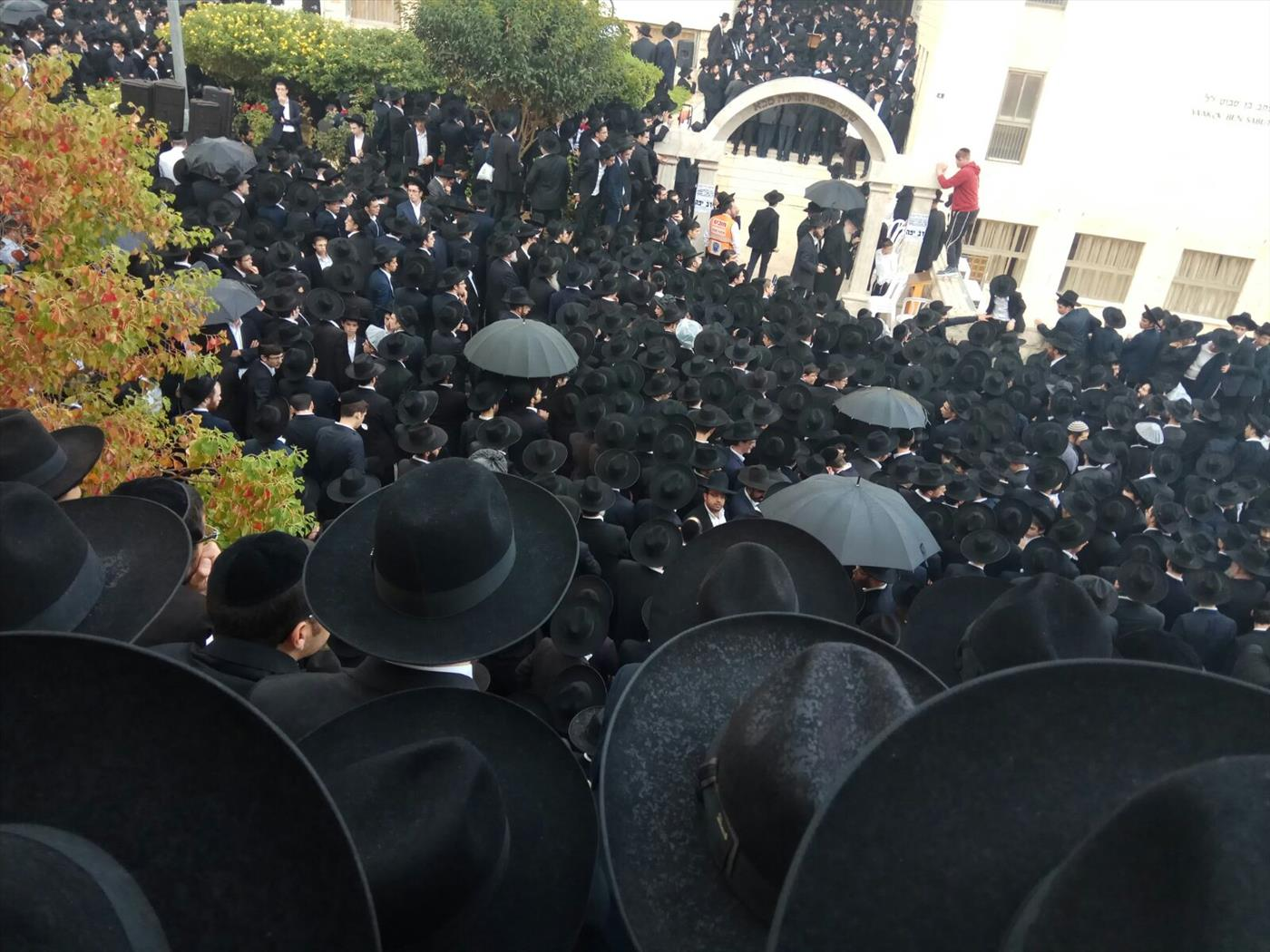המונים בלוויה. (איציק מני, חדשות 24)