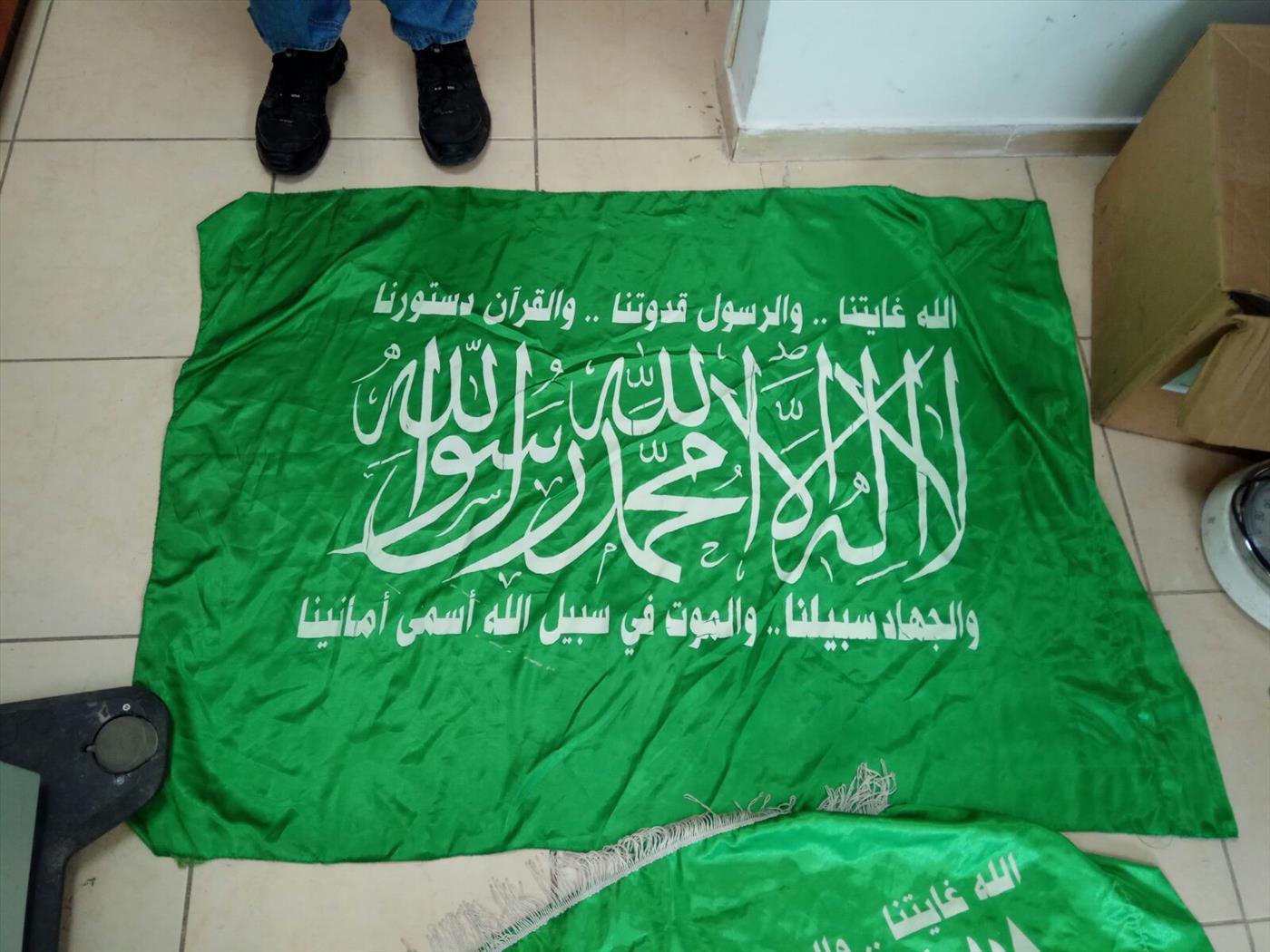 דגלי החמאס שתפסו בביתו של החשוד שפרץ ובתים וגרם נזק ממניע גזעני. צילום: דוברות המשטרה