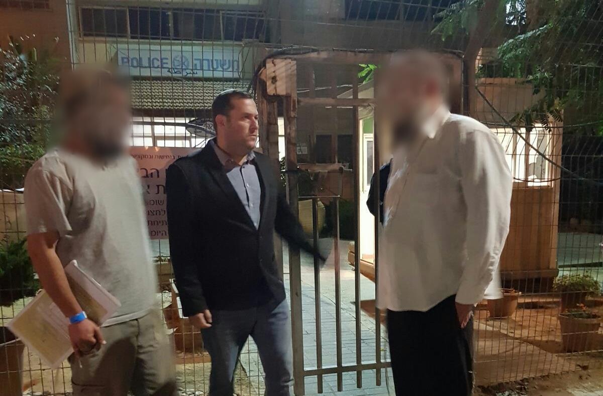 ההורים שהותקפו בפתח תחנת המשטרה לאחר ששוחררו מהטיפול הרפואי צילום: ארגון חוננו