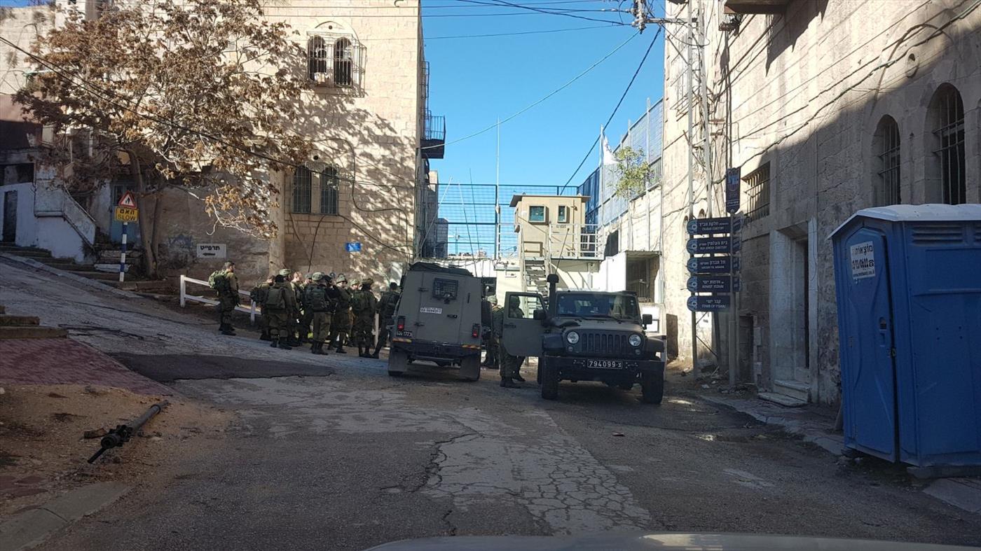 כוחות מתארגנים בחסם שוטר בחברון. צילום: ציפי שליסל TPS