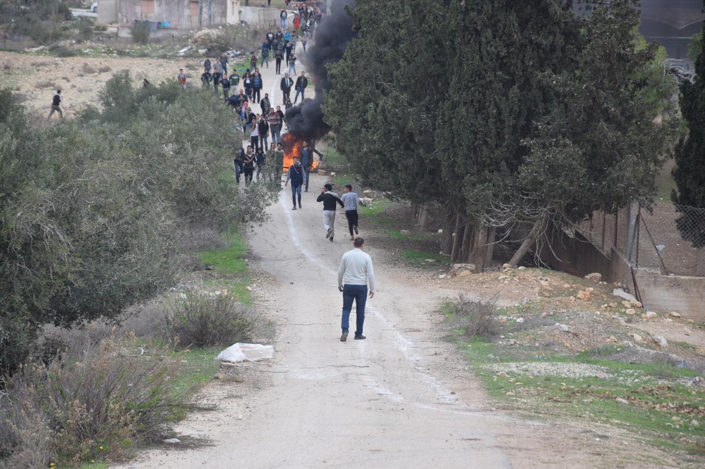 הפורעים לאחר שהוברחו אל תוך הכפר (צילום: אברהם שפירא)