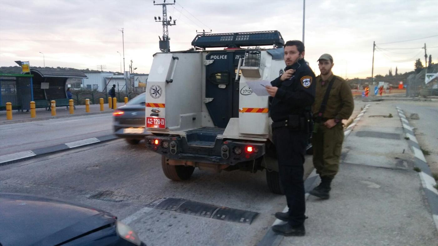 השוטרים מעכבים את הנהג
