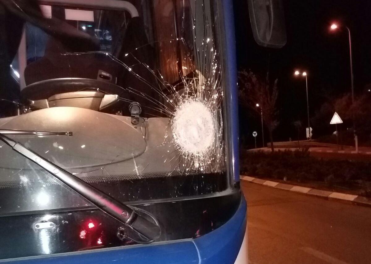 אוטובוס שנפגע בעוקף חוסאן. צילום: אהרון שטרייכר