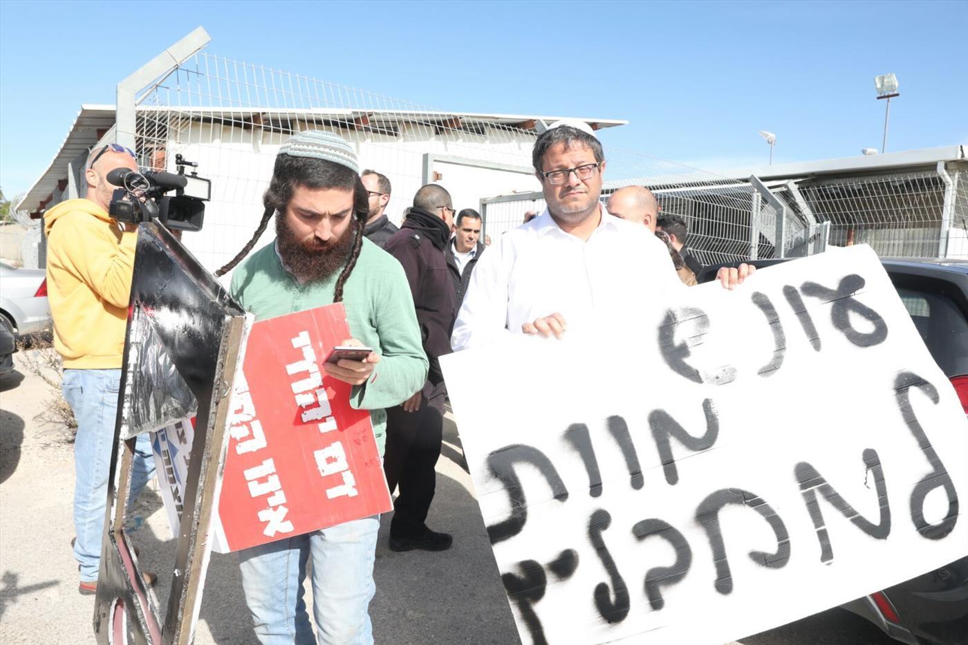 """עונש מוות למחבלים. הפגנה מחוץ לבימ""""ש צבאי צילום: TPS"""