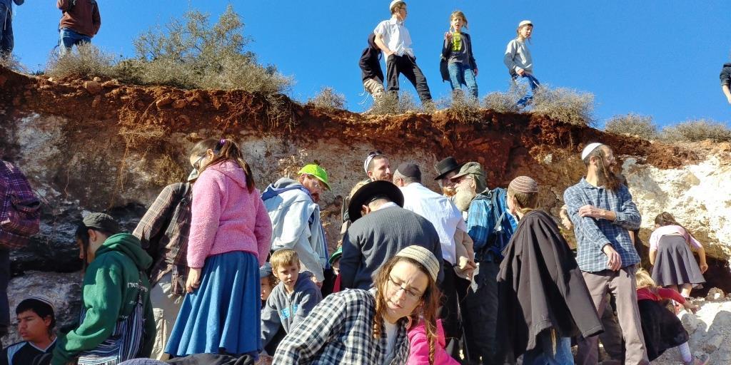 הילדים בטיול שבוע לאחר ניסיון הלינץ'. צילום: אלחנן גרונר - הקול היהודי