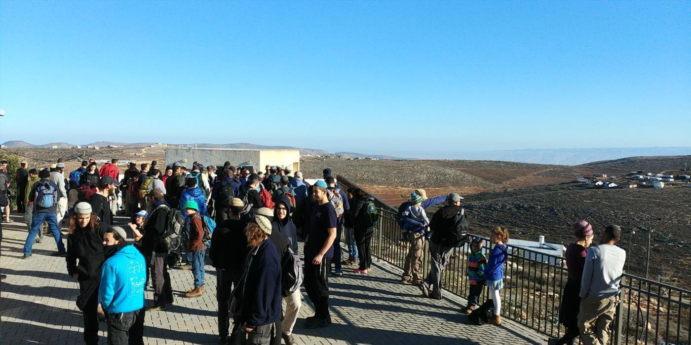 מאות יהודים מטיילים מאחיה למגדלים בעקבות טיול הבר מצווה שנקטע. צילום: אלחנן גרונר הקול היהודי