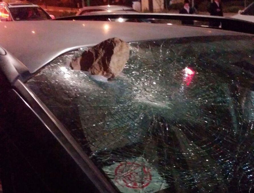 רכב שנפגע מאבנים בעוקף חוסאן. צילום: אהרון שטרייכר