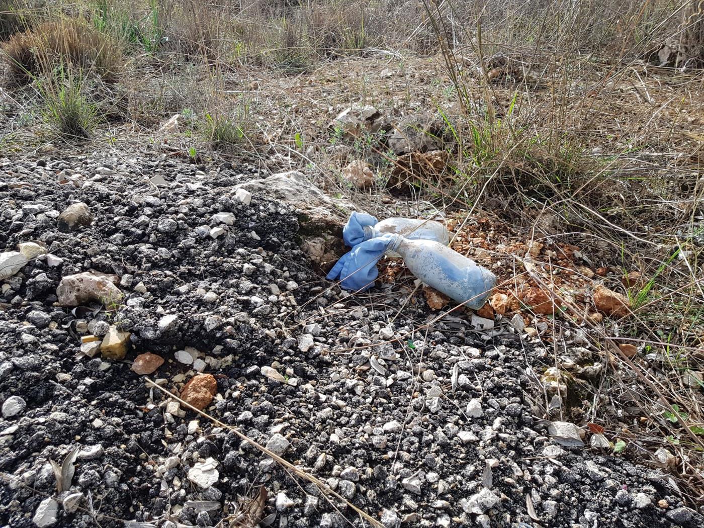 אבנים ובקבוקי תבערה שהשליכו ערבים בתחנת הדלק ברנטיס. צילום: אבי נעים