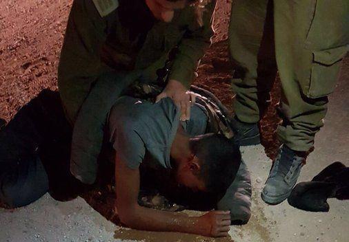 הבדואי הפצוע לאחר שקפץ ממוביל הטנקים (מתוך הטוויטר של כתב 'כאן' רועי שרון)