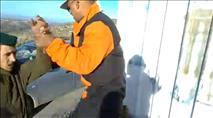 תיעוד: נהג משאית שנשכר בידי המנהל מכה תושבים בחוות גלעד