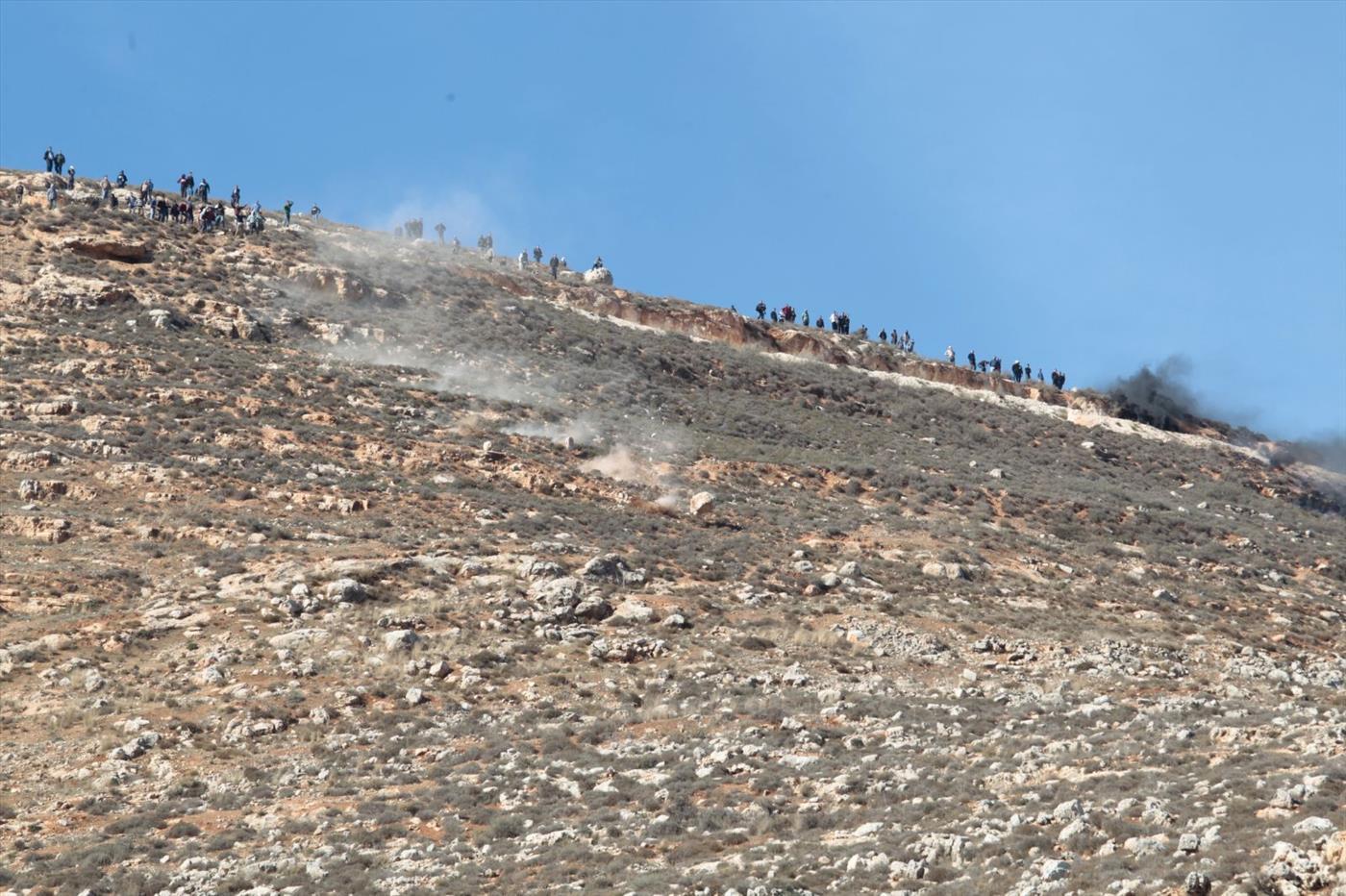 ערבים מדרדרים בולדרים לעבר יהודים סמוך לקוצרא. צילום: הלל מאיר TPS