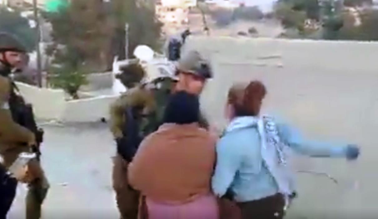 עאהד תמימי תוקפת חייל. ארכיון צילום מסך
