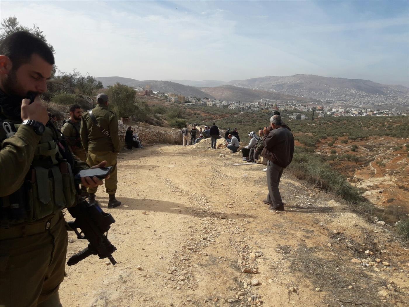 ערבים וחיילים סמוך לגבעה החדשה. צילום: צבי סוכות