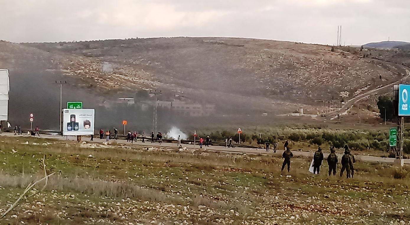 פורעים ערבים מיידים אבנים לעבר כוחות צבא בכניסה לשכם (הקול היהודי)