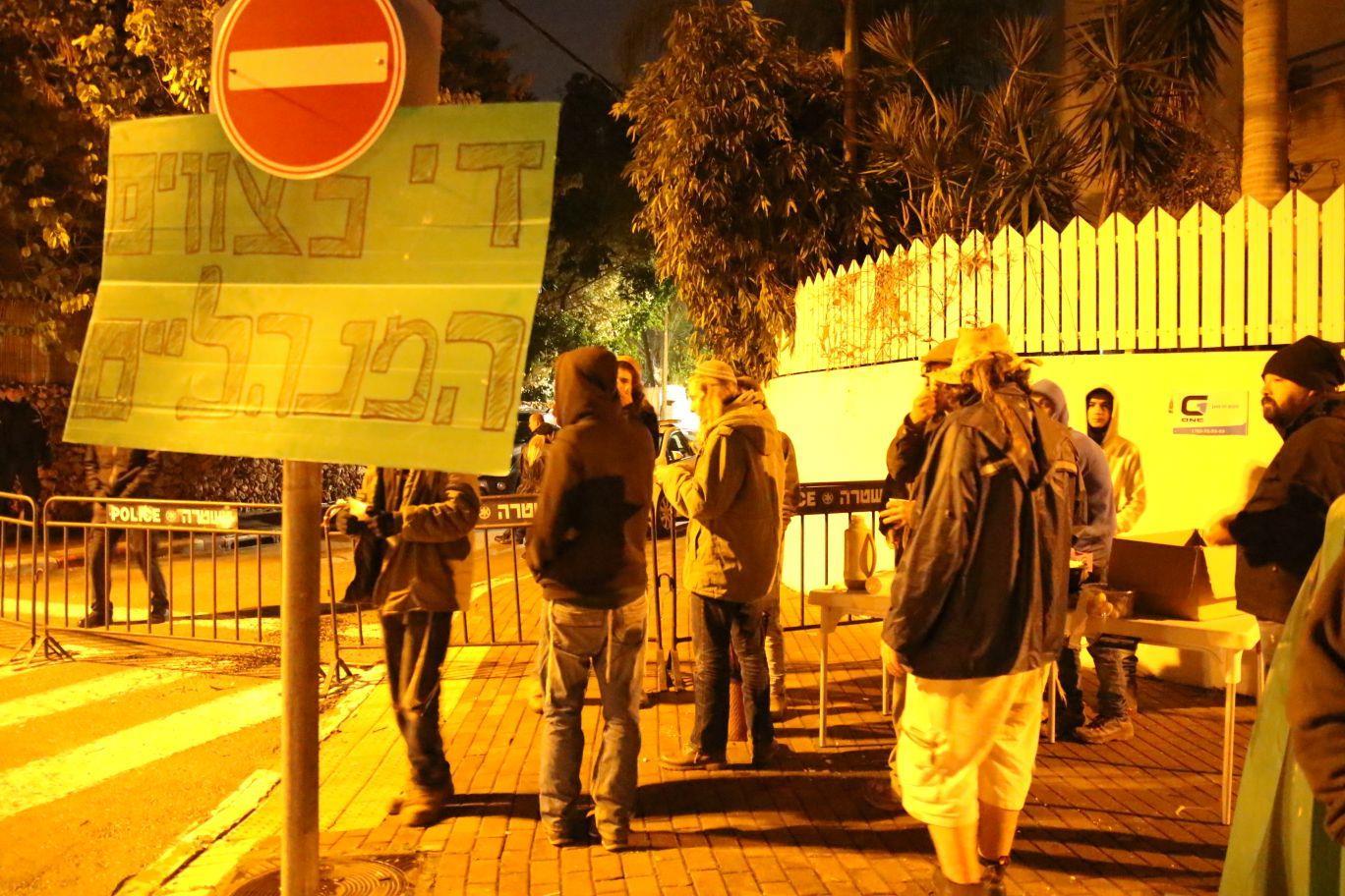 הפגנה מול ביתו של רוני נומה. ארכיון צילום: שלמה מלט