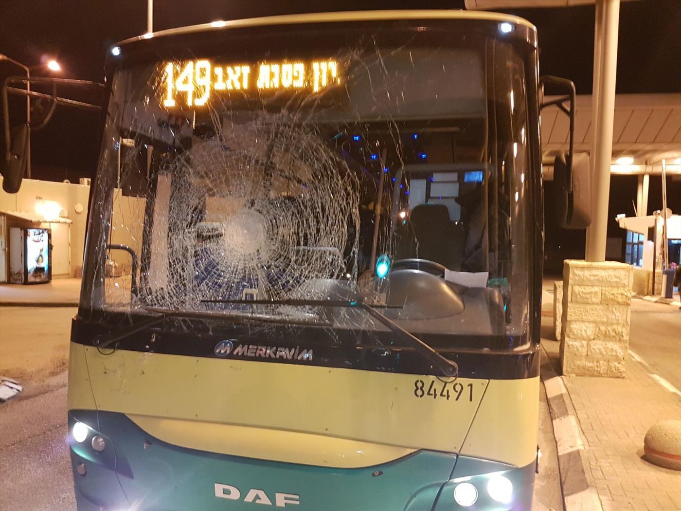 אוטובוס שנפגע מאבנים סמוך לענתות. צילום: אהוד אמיתון TPS