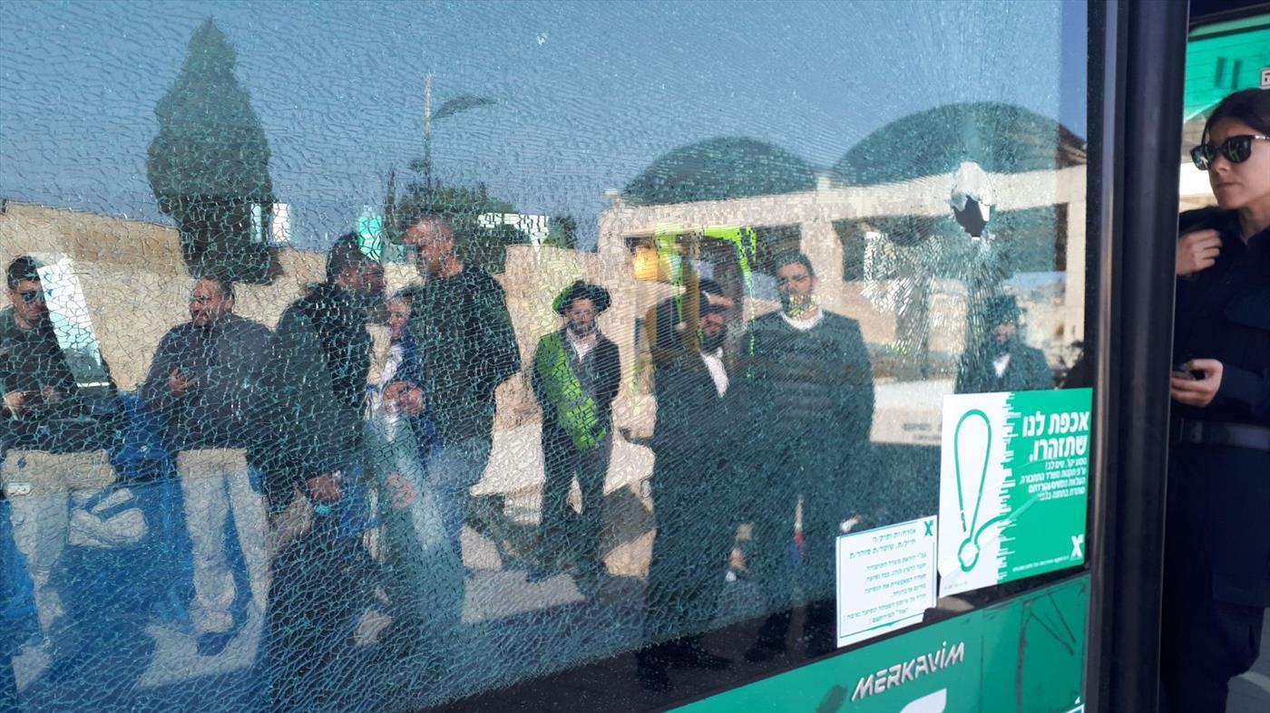אוטובוס שנפגע מאבנים סמוך לשער הפרחים בירושלים. צילום: הצלה ללא גבולות