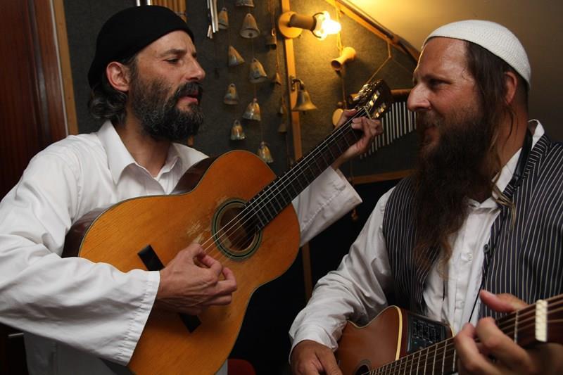 אורי אלדר (משמאל) והאמן ירמיהו (דף ההדסטארט של הפרוייקט)