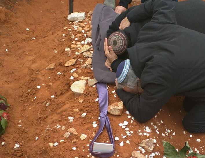עלייה לקברו של הרב איתמר בן גל ביום השבעה