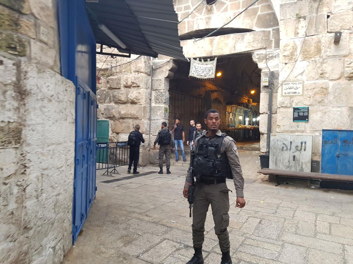 שוטרים בעיר העתיקה לאחר פיגוע. ארכיון (TPS)