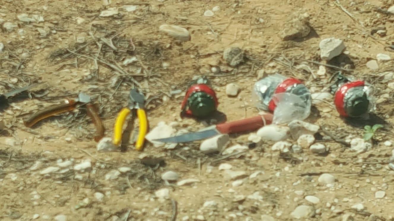 רימונים וסכינים שנתפסו אצל ערבים שניסו לחדור את הגבול  (דוברות המשטרה)