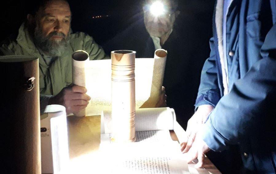 קריאת המגילה במאחז יד יאיר בבנימין (באדיבות המצלם)