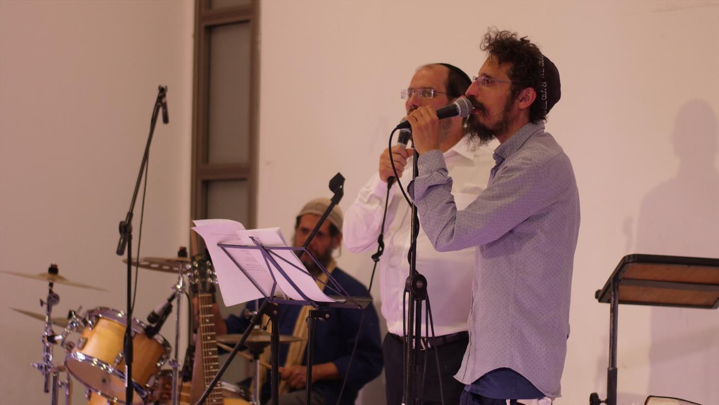 האמנים שרים באירוע