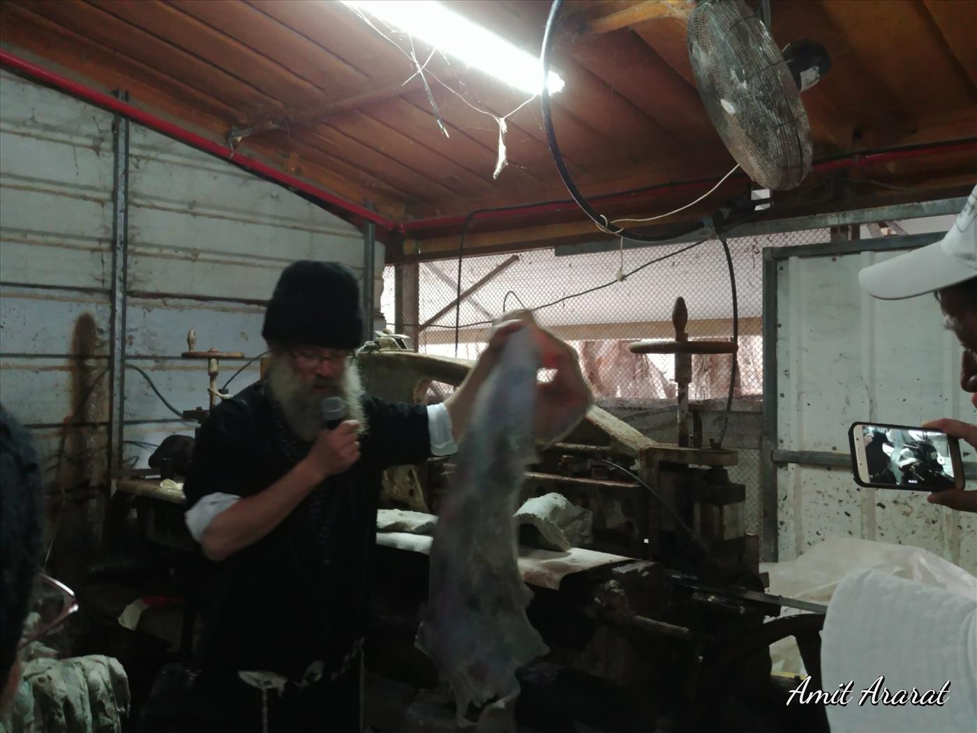 מפעל לייצור תפילין בקוממיות (עמית אררט)