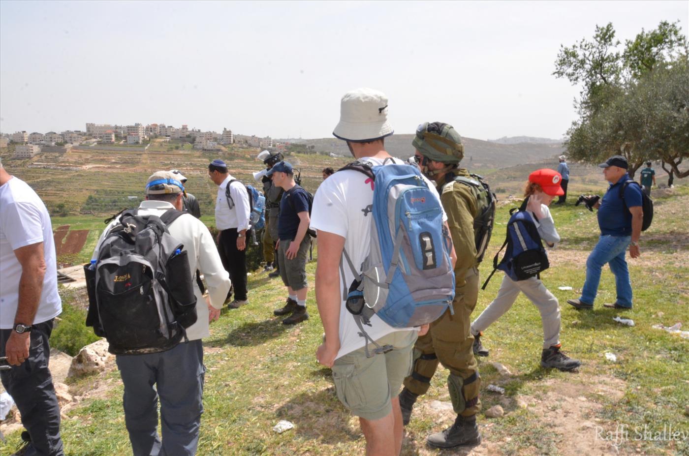 שיירת עמיתים לטיולים בכניסה לכפר (רפי שלו)