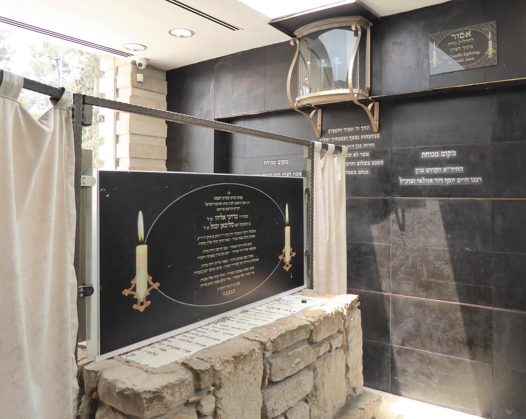 """קבר הרב מרדכי אליהו זצ""""ל"""