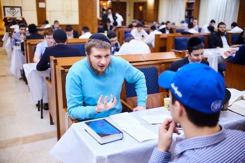 לומדים תורה במוסקבה (לוי נאזרוב)