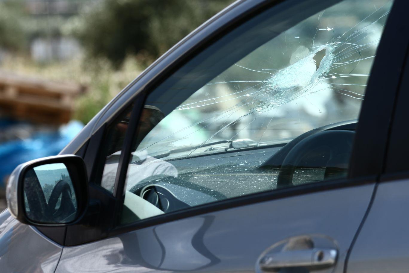רכב של נהגת שנפצעה מאבנים שיידו ערבים בכפר לובן (שלמה מלט TPS)