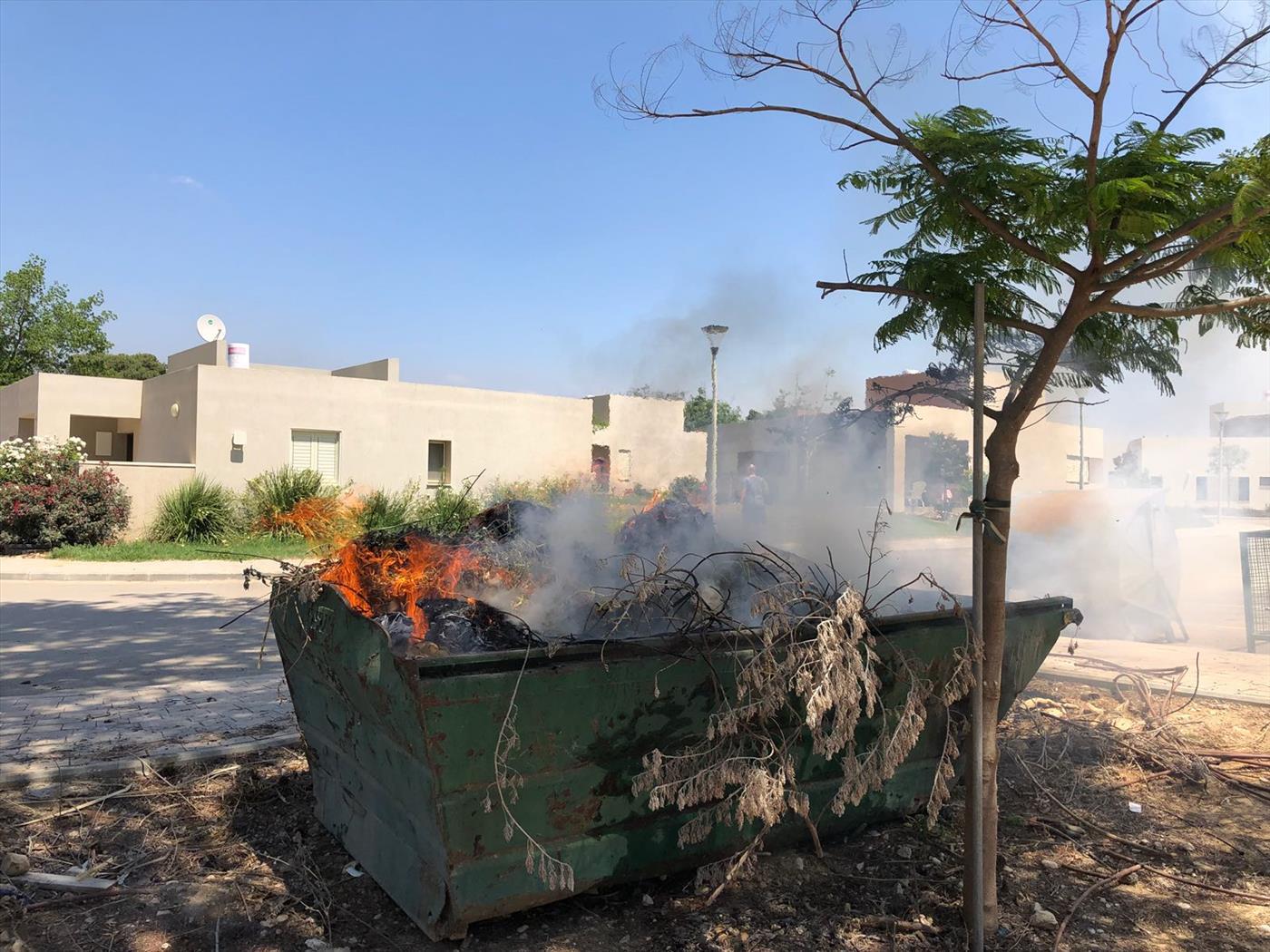 שריפה שפרצה כתוצאה מעפיפון תבערה בישוב בעוטף עזה (צילום: אושרי צימר)