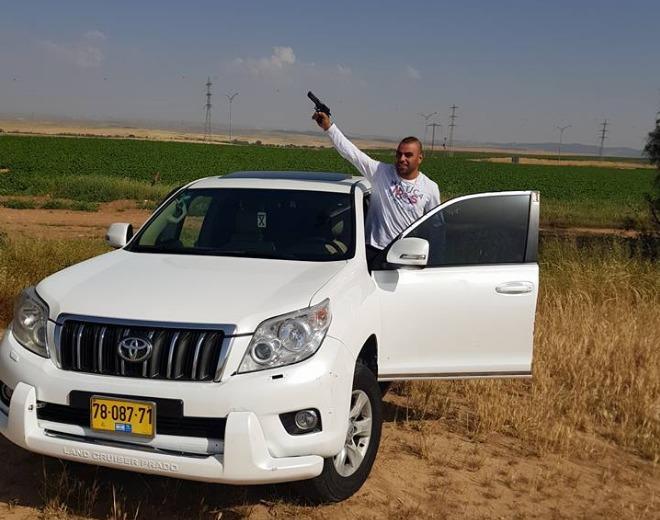 עלאא אבו סגיר עם אקדח (צילום מסך פייסבוק)