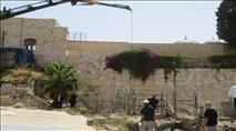 גלריית תמונות: האבן שנפלה מהכותל מוצבת במקומה החדש